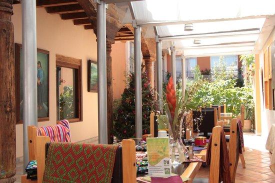 Axkan Arte Hotel : En el comedor y en el fondo el jardín del hotel