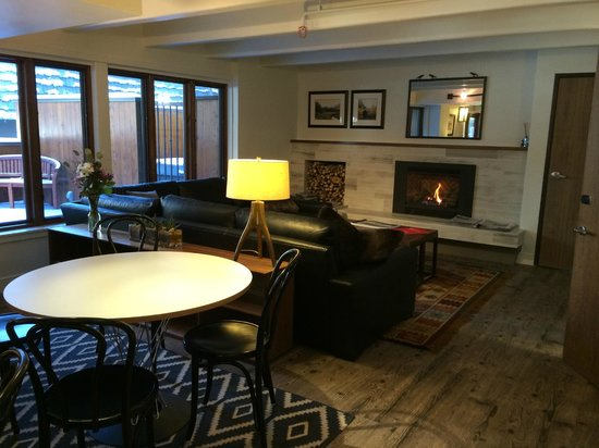Hotel Durant: Fireplace area in the lobby