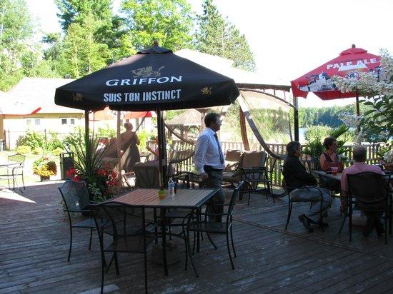 Lac-Simon, Canada: Cocktail sur la terrasse avec vue imprenable sur le lac