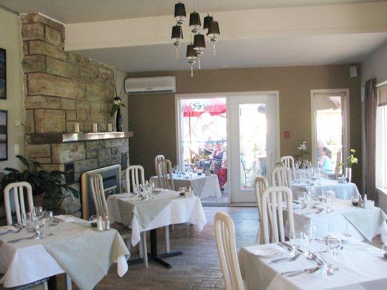 Lac-Simon, Canada: une partie de la salle à manger fenestrée avec vue sur le lac et le spa