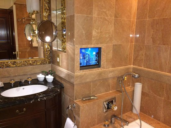 Island Shangri-La Hong Kong : Luxury bathroom complete with Tv over bath