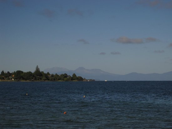 Clearwater Motor Lodge: View over the lake toward Tongariro National Park
