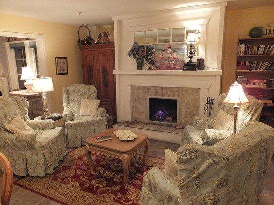 Foxglove Inn and Gardens : Fireplace lit each morning