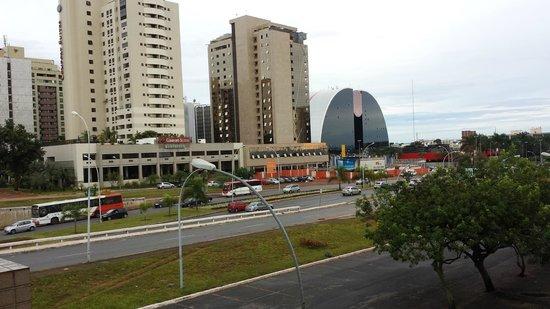 Grand Bittar Hotel: Ao fundo o Shopping. Alcançável a pé (uma exceção em Brasília)