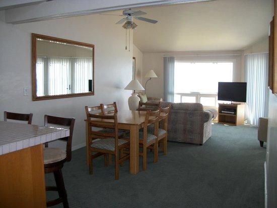 Wave Crest Resort: Dining/Living Room in two bedroom unit