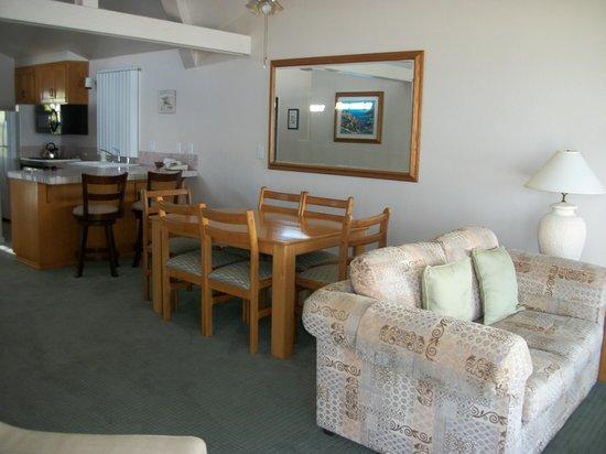 Wave Crest Resort: Dining