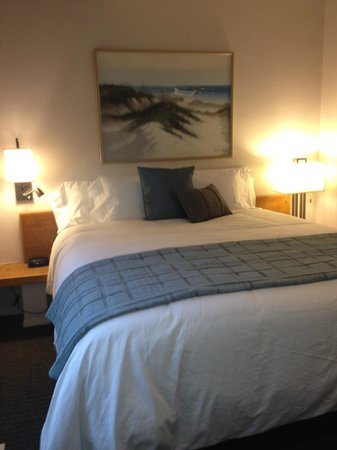Wave Crest Resort: Cal King beds in many of the one and two bedroom units
