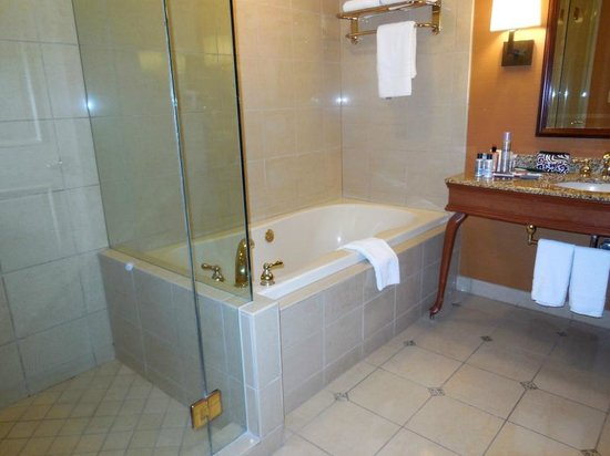 Harrah's Resort Southern California : Bath with tub and shower