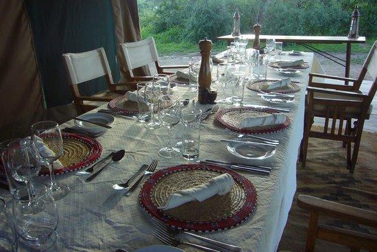 Ubuntu Camp, Asilia Africa : Gedeckter Tisch für´s Dinner