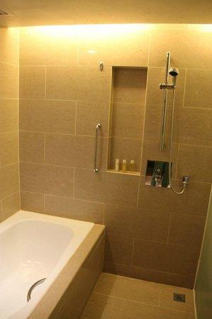 Hyatt Regency Kinabalu: Bathroom in club room