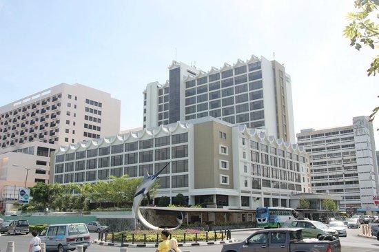 Hyatt Regency Kinabalu: The hotel seen from the boulevard