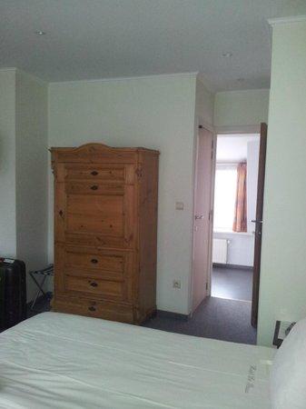 Hotel De Pauw: Vista desde dormitorio al baño