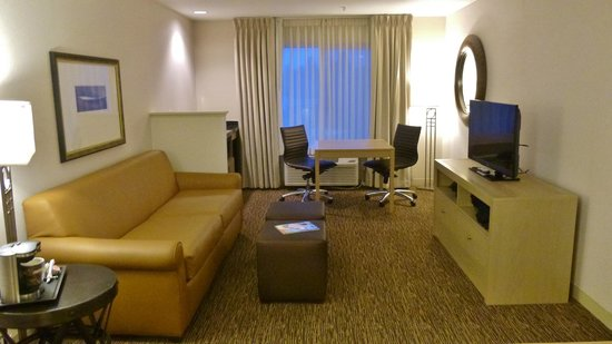 DoubleTree by Hilton Bend : King Suite Living Room