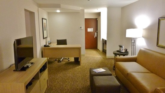 DoubleTree by Hilton Bend: King Suite Living Room