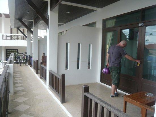 Vanda House Resort: door to the room
