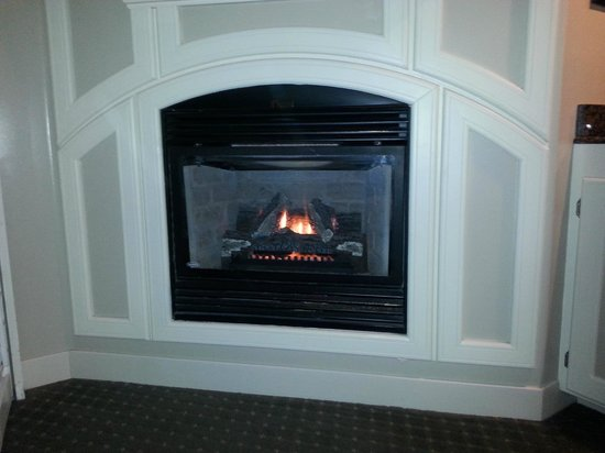 Sanctuary Beach Resort: The fireplace in the room