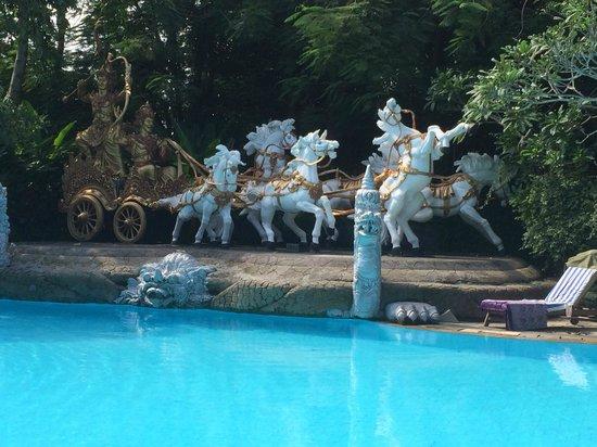 Hotel Kumala Pantai: Art Sculptures