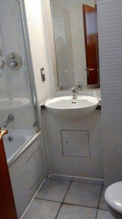 De Vere Devonport House : Snug bathroom with heated towel rail