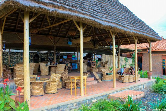 INZU Lodge: Dining area/lounge