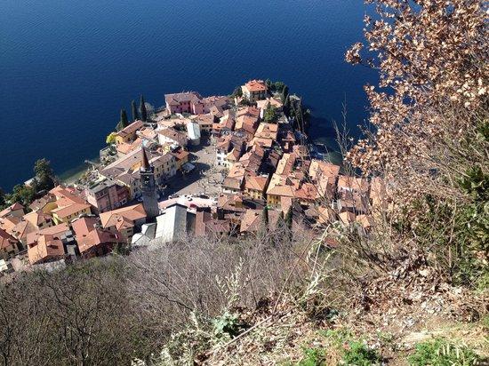 Sentiero del Viandante: Vista di Varenna dal Castello di Vezio
