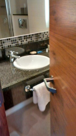 Hilton Reading : Clean bathroom with good toiletries
