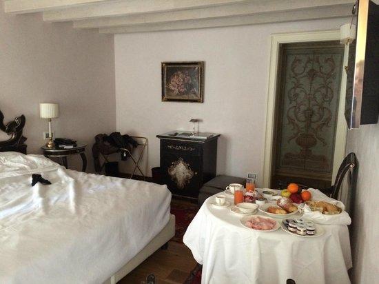 Il Sogno di Giulietta: vista parziale della camera con colazione