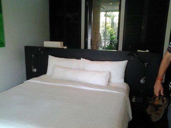 Twinpalms Phuket : habitación y atrás un escritorio y luego el baño