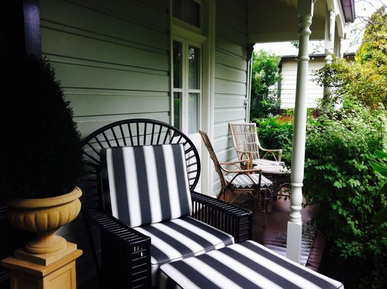 The Greens of Leura Bed and Breakfast: Relaxing Seats at the Verandah