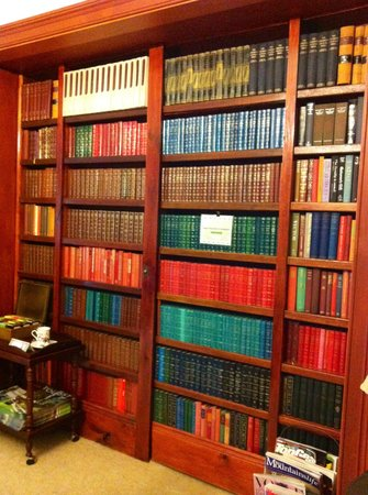 The Greens of Leura Bed and Breakfast: Library Wall