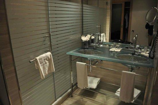 Maydrit Hotel: Baño moderno, de cristal y acero