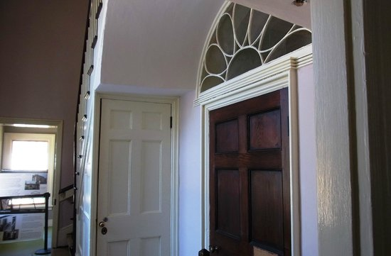 Arlington House - The Robert E. Lee Memorial: A door with a fanlight/transom above
