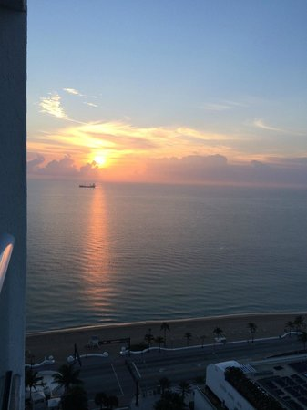 Hilton Fort Lauderdale Beach Resort: view of sunrise from room