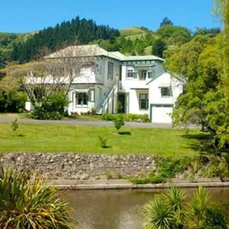 Sussex House Bed and Breakfast: View of Sussex House from opposite Maitai river bank
