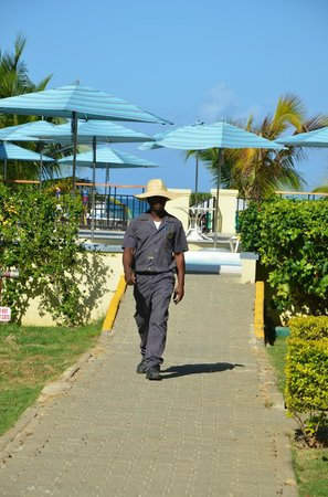 SuperClubs Rooms on the Beach Negril: Courtyard view (pool and beach)