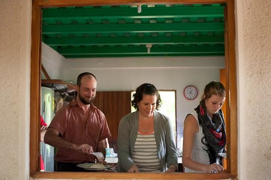 La Mariposa Spanish School and Eco Hotel: Lining up to indulge in yet another fantastic Mariposa lunch