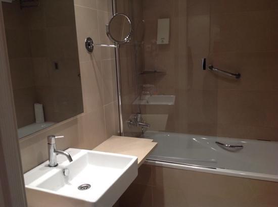 Hesperia Ramblas: room 210 bathroom