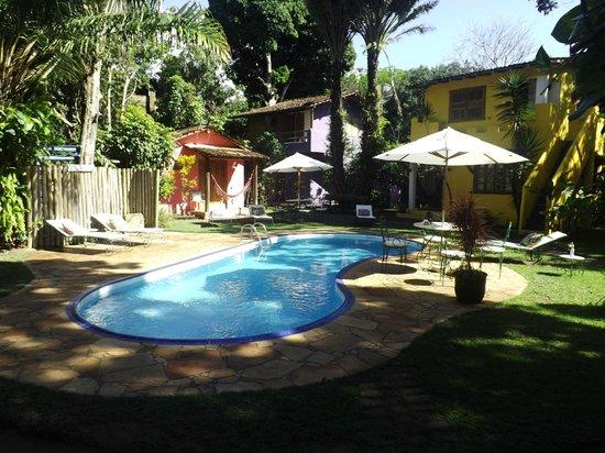 Pousada Raízes do Brasil: Piscina e apartamentos ao fundo