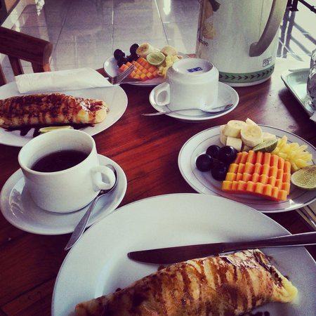 Frangipani Bungalows : Banana pancakes and fruit for breakfast at the terrace