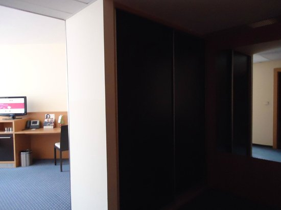Clarion Congress Hotel Prague : Large wardrobes and dressing area