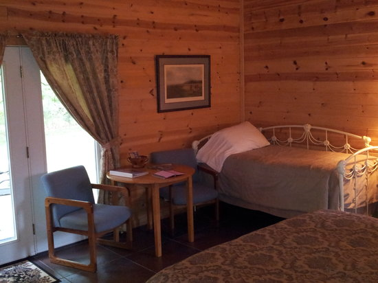 Cabins at Sugar Mountain: Sugar Suite Additional Bed & Seating Area