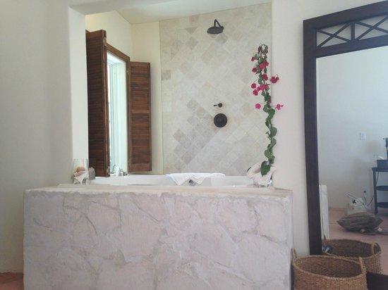 Kamalame Cay: CocoNut Bathtub in Bedroom