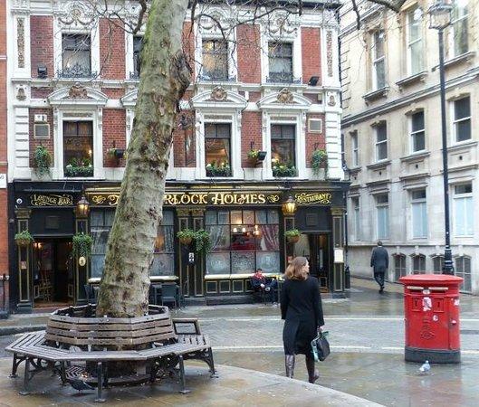 Citadines Trafalgar Square London: En la esquina del hotel, muy lindo pub.