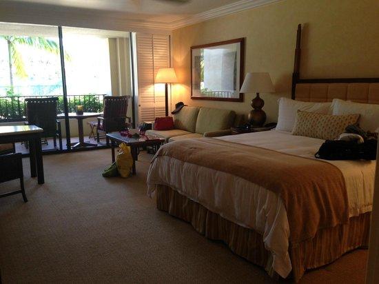 Four Seasons Resort Maui at Wailea : mountain side king bed
