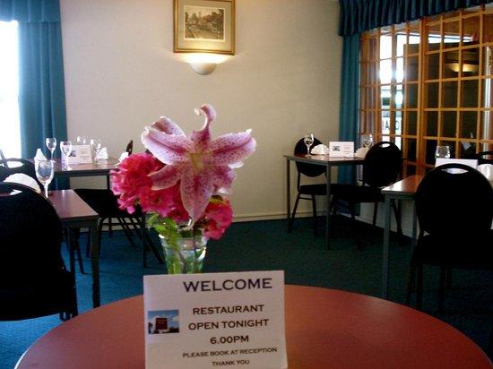 Oakwood Manor : The Oakwood Kitchen Open