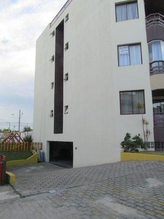 Floripa House Apartments: entrada cochera cubierta