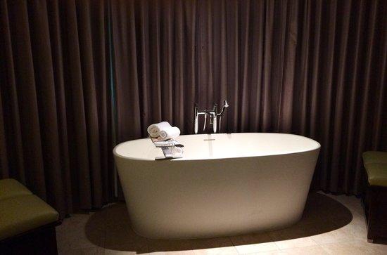 HYATT House Richmond-West: Spa tub