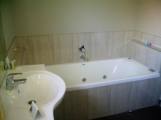 Albert Court Motor Lodge: Spa Bath