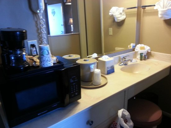 Lovers Point Inn: Vanity area with microwave
