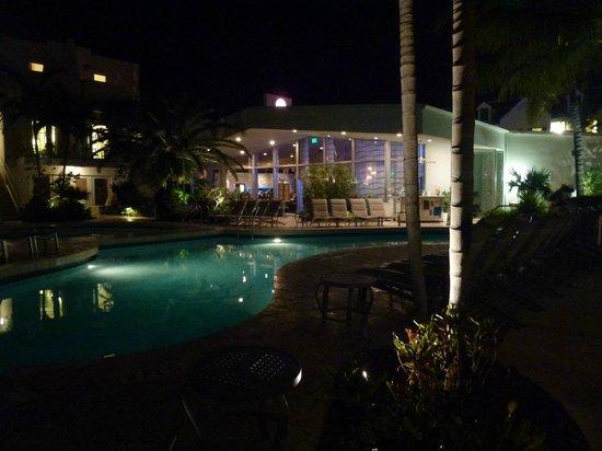 Santa Maria Suites: Pool view at night