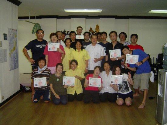 Wat Po Thai Traditional Massage School Sukhumvit: 実技試験終了後、合格証を手にして
